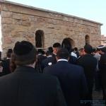 ההמונים בתפילה מחוץ לאוהל ר' יעקב אבוחצירה בדמנהור שבמצריים