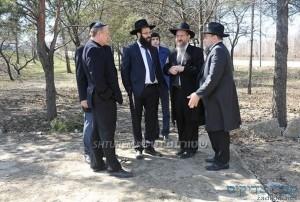 הרב בערל לאזאר בסיור עם מושל המחוז בשטח הקבר אחים