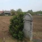 קבר בבדידות בבית בשטח בית העלמין