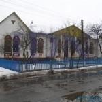 """בית העלמין בעיירה וויזניץ ברקע אוהל האדמו""""רים"""